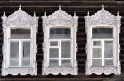 Adornamiento de madera de los edificios residenciales viejos de las ventanas Imagen de archivo libre de regalías