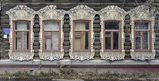 Adornamiento de madera de los edificios residenciales viejos de las ventanas Imágenes de archivo libres de regalías