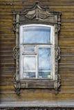 Adornamiento de madera de los edificios residenciales viejos de las ventanas Fotos de archivo libres de regalías