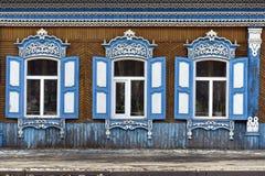 Adornamiento de madera de los edificios residenciales viejos de las ventanas Fotografía de archivo libre de regalías