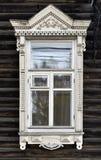 Adornamiento de madera de los edificios residenciales viejos de las ventanas Foto de archivo libre de regalías