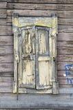 Adornamiento de madera de los edificios residenciales viejos de las ventanas Fotografía de archivo