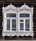 Adornamiento de madera de los edificios residenciales viejos de las ventanas Imagen de archivo