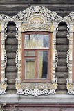 Adornamiento de madera de los edificios residenciales viejos de las ventanas Foto de archivo