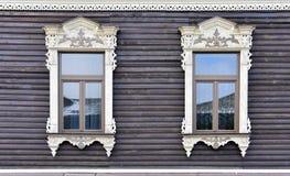 Adornamiento de madera de los edificios residenciales viejos de las ventanas Fotos de archivo