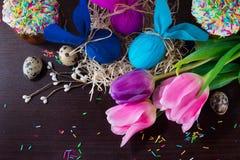 Adornamiento de Pascua Huevos de Pascua en la forma de conejo en la jerarquía en un fondo de madera marrón Imagen de archivo