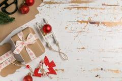 Adornamiento de regalos de Navidad Fotos de archivo libres de regalías