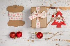 Adornamiento de regalos de Navidad Imágenes de archivo libres de regalías
