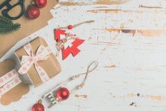Adornamiento de regalos de Navidad Fotos de archivo