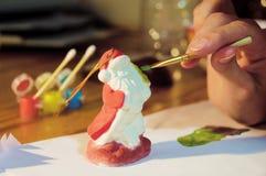 Adornamiento de Santa Claus por la pintura Fotografía de archivo libre de regalías