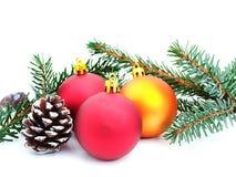 Adornamiento de un árbol de navidad Fotos de archivo