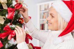 Adornamiento de un árbol de navidad. Imágenes de archivo libres de regalías