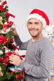 Adornamiento de un árbol de navidad. Fotos de archivo libres de regalías