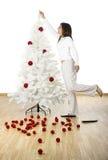 Adornamiento de un árbol de navidad Fotografía de archivo libre de regalías