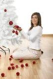Adornamiento de un árbol de navidad Imagenes de archivo