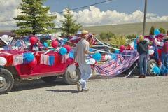 Adornamiento de un coche en rojo, blanco y azul en Lima Montana Imagen de archivo