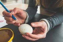 Adornamiento de un huevo de Pascua Imagen de archivo