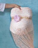 Adornamiento de un molde del vientre del embarazo Imagen de archivo