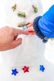 Adornamiento de un muñeco de nieve real del invierno Foto de archivo