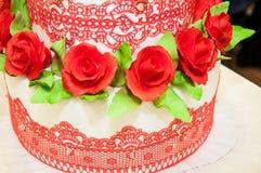 Adornamiento de un pastel de bodas. Imagen de archivo