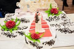 Adornamiento de un pastel de bodas. Fotos de archivo