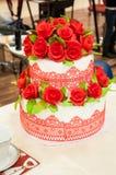 Adornamiento de un pastel de bodas. Fotografía de archivo libre de regalías