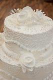 Adornamiento de un pastel de bodas. Foto de archivo libre de regalías