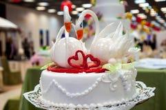 Adornamiento de un pastel de bodas. Fotografía de archivo