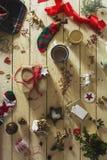 Adornamiento de un regalo de Navidad, rodeado por el decorativ festivo Fotos de archivo