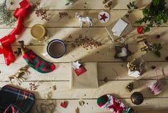 Adornamiento de un regalo de Navidad, rodeado por el decorativ festivo Imagenes de archivo