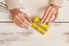 Adornamiento de una caja de regalo Imagen de archivo libre de regalías
