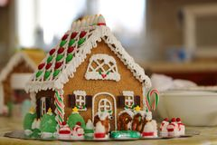 Adornamiento de una casa de pan de jengibre Fotos de archivo libres de regalías