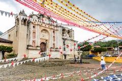 Adornamiento de una de las iglesias católicas más viejas en Guatemala Fotos de archivo