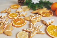 Adornamiento de una galleta picante con el esmalte y la naranja blancos Feliz Año Nuevo Imágenes de archivo libres de regalías