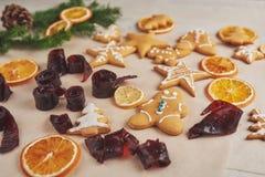Adornamiento de una galleta picante con el esmalte y la naranja blancos Feliz Año Nuevo Fotografía de archivo libre de regalías