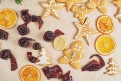 Adornamiento de una galleta picante con el esmalte y la naranja blancos Feliz Año Nuevo Foto de archivo libre de regalías