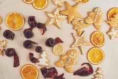 Adornamiento de una galleta picante con el esmalte y la naranja blancos Feliz Año Nuevo Foto de archivo