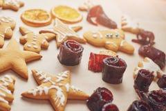 Adornamiento de una galleta picante con el esmalte y la naranja blancos Feliz Año Nuevo Imagen de archivo