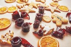 Adornamiento de una galleta picante con el esmalte y la naranja blancos Feliz Año Nuevo Imagenes de archivo