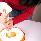 Adornamiento de una torta Foto de archivo libre de regalías