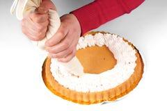Adornamiento de una torta Fotos de archivo