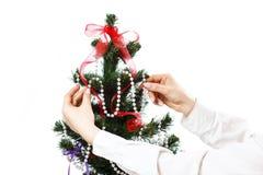 Adornamiento del árbol de navidad Fotos de archivo