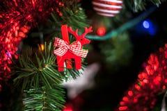Adornamiento del árbol de navidad Imágenes de archivo libres de regalías