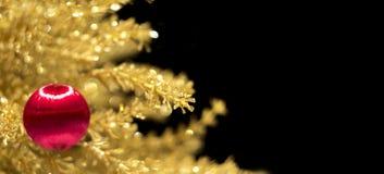 Adornamiento del árbol de navidad en el oro Foto de archivo libre de regalías