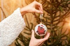 Adornamiento del árbol de navidad en fondo brillante Foto de archivo