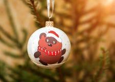 Adornamiento del árbol de navidad en fondo brillante Fotos de archivo