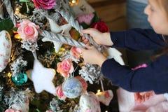 Adornamiento del árbol de navidad en fondo brillante Fotos de archivo libres de regalías