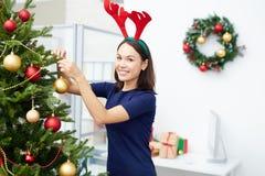 Adornamiento del árbol de navidad en oficina Imagenes de archivo