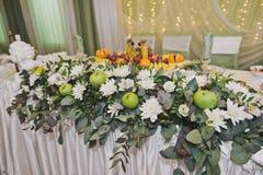 Adornamiento del borde de las flores y de la fruta 8838 de la tabla Fotos de archivo