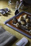 Adornamiento del ceam de los choux con la salsa de chocolate Foto de archivo